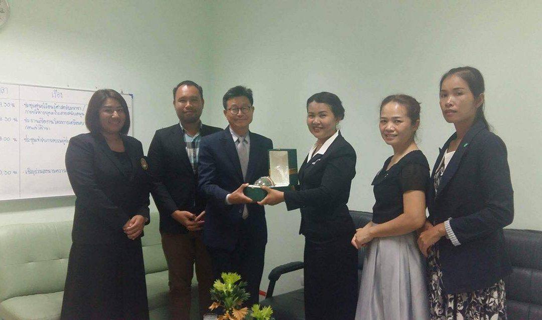 คณบดีคณะมนุษยศาสตร์และสังคมศาสตร์ กล่าวขอบคุณ อาจารย์ Lim Tae Hoon  ที่ได้มาปฏิบัติหน้าที่สอนภาษาเกาหลีและให้ความรู้ในเรื่องต่างๆเกี่ยวกลับเกาหลีให้กับนักศึกษามหาวิทยาลัยราชภัฏสุรินทร์