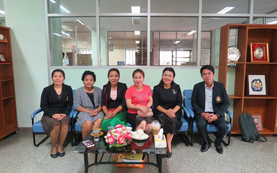ผู้บริหาร คณาจารย์ และบุคลากรคณะมนุษยศาสตร์และสังคมศาสตร์ มหาวิทยาลัยราชภัฎสุรินทร์ ร่วมต้อนรับคณาจารย์ และนักศึกษาจากวิทยาลัยฮุนเซนอุดรมีชัย ราชอาณาจักรกัมพูชา